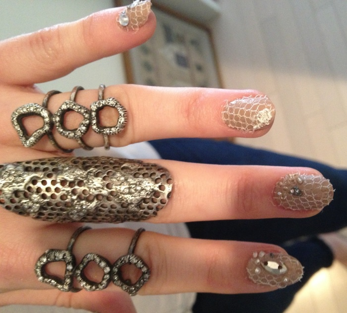 nail art, fashion, met ball, nails, uñas, moda, manicure, manicura, estoperoles, studded nails, punk nails, negro, famosas