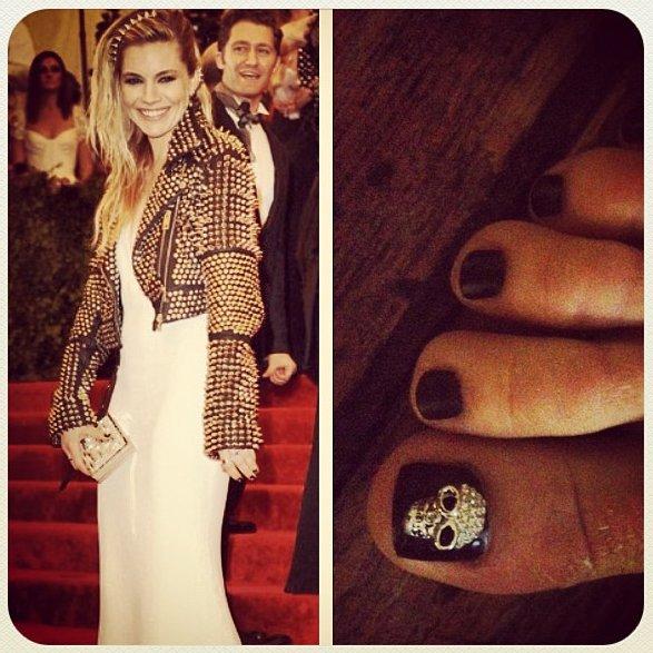 nail art, fashion, met ball, nails, uñas, moda, manicure, manicura, estoperoles, studded nails, punk nails, negro, famosas