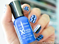 diseño tribal, sally hansen, pacific blue, i heart nail art, i live nail art, plumas para nail art, mega shine top coat, blanco y negro, azul, uñas cortas, blogs de nail art en español, blog de belleza en español, blogs de uñas en español, paso a paso, uñas fáciles, uñas geométricas, geometric nails, uñas con cuadrícula, degradado con esponja, reseñas de esmaltes, review de esmaltes, nail polish review, reseñas, shimmer, diy nails, uñas paso a paso, esmaltes, uñas, swatches, nails, nail art, nail polish, colores, review, adrix nails, blog mexicano dedicado al nail art, blogueras mexicanas, mexican bloggers, blogs de méxico, nailpolishlove, reseñas de esmaltes