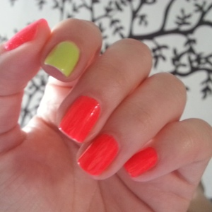 accent nail, uña de acento, por qué pintar una uña diferente, uñas de diferente color, reseña de esmaltes, reseñas de esmaltes, pintauñas, uñas naturales, uñas cortas, rojo, striper, i love nail art, reseñas de esmaltes, red eye, uñas fáciles, estoperoles, studs, swatches, glitter, diy nails, uñas paso a paso, esmaltes, uñas, swatches, nails, nail art, nail polish, colores, review, adrix nails, blog mexicano dedicado al nail art, blogueras mexicanas, mexican bloggers, blogs de méxico, nailpolishlove